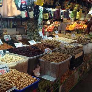 Trockenfrüchte und Olivenöl im Atarazanas Málaga