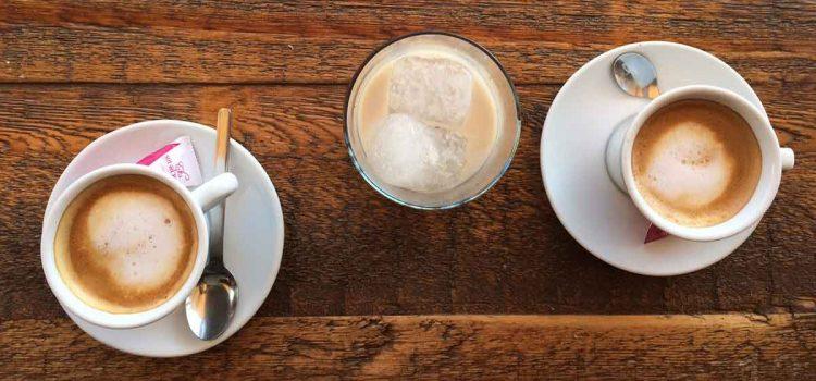 9+ Arten den Café con leche (Milchkaffee) in Málaga zu geniessen