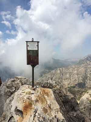 Gipfelbriefkasten auf dem Gipfel des Pico Cisne