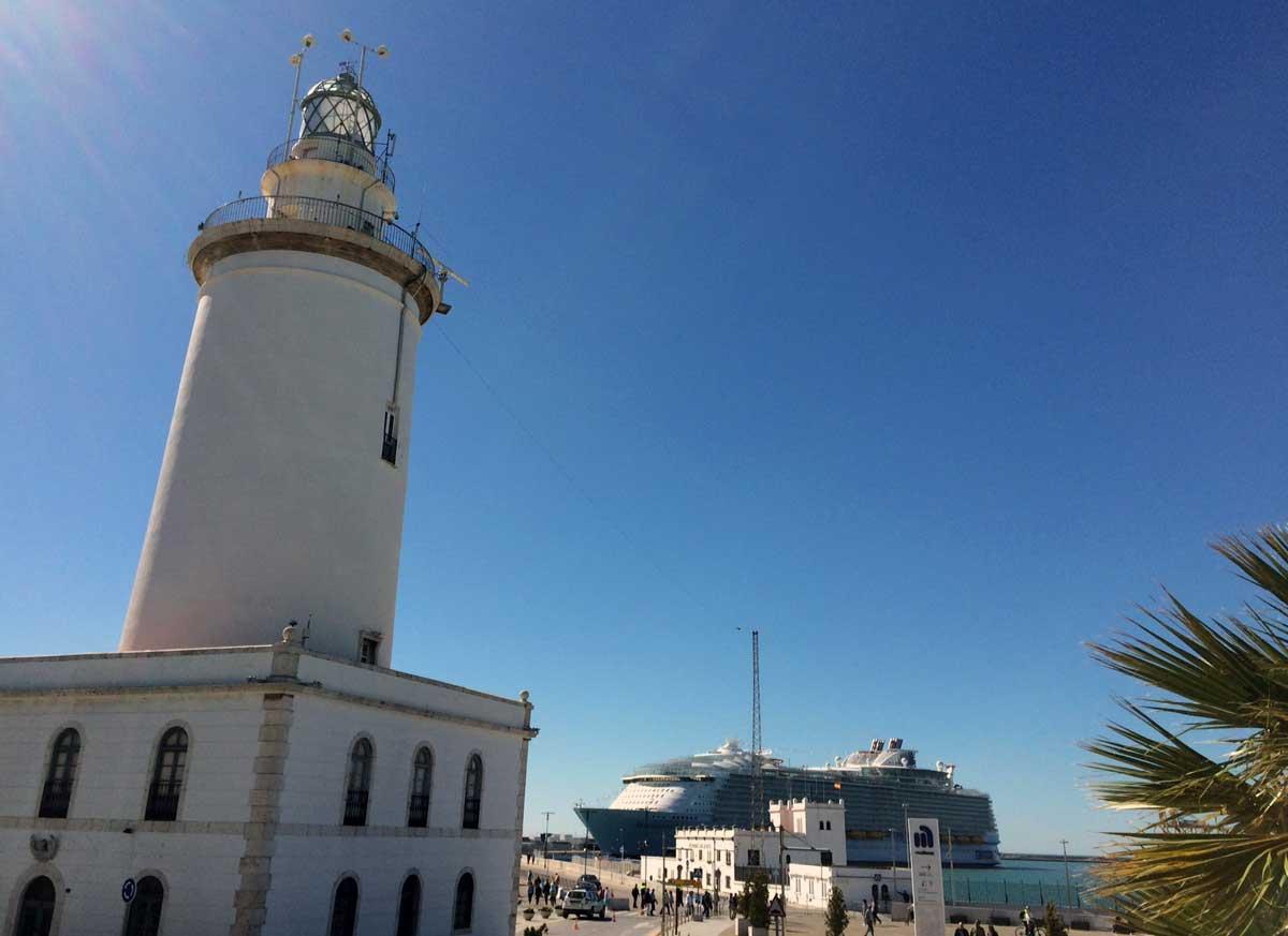 Kreuzfahrtschiff und Leuchtturm